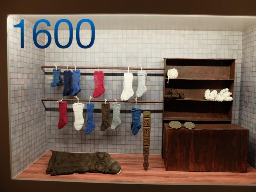 Vitrine jaar 1600 in tentoonstelling breien