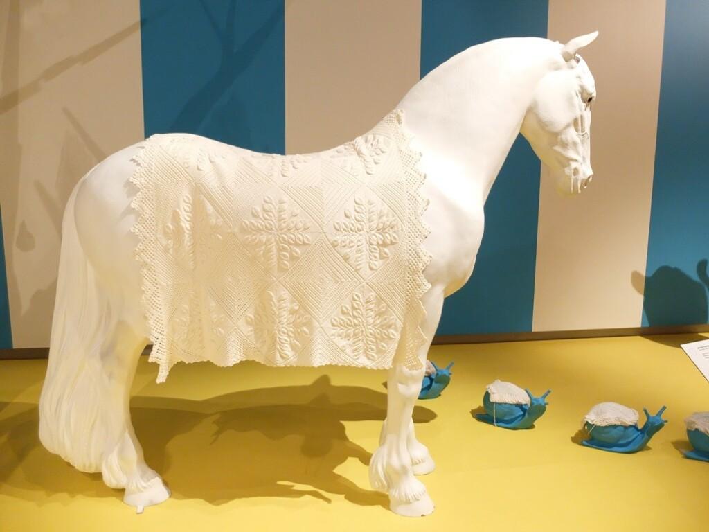 Wit paard met gebreid dekentje