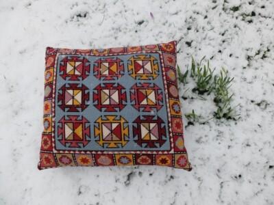 Kussen in sneeuw