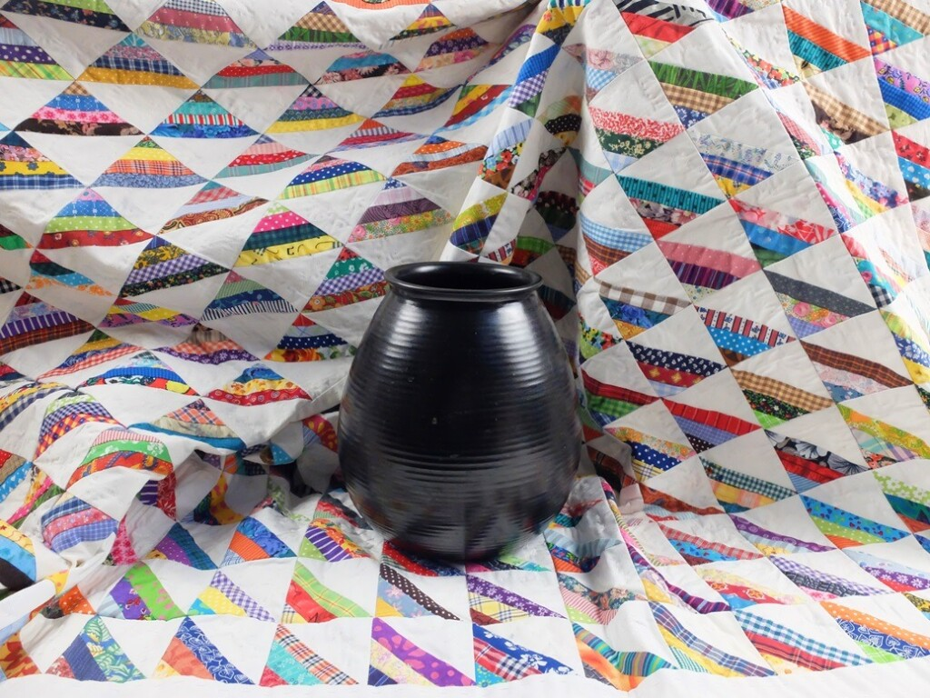 Roman stripes quilt rond zwarte vaas