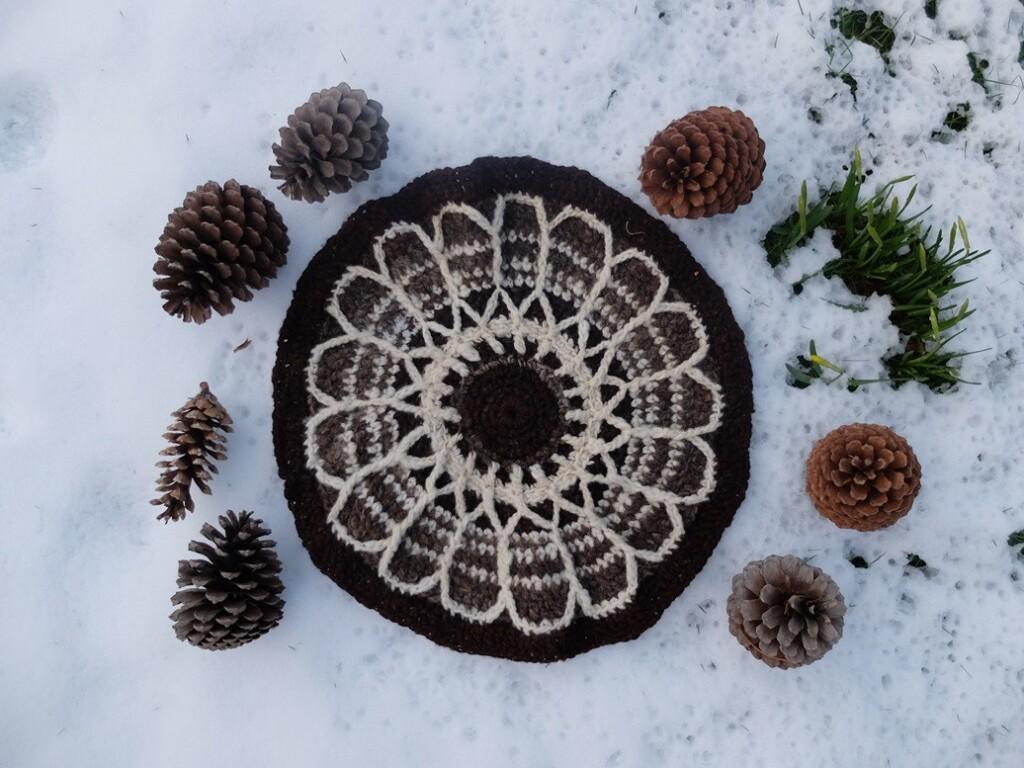 Rond gehaakt kleedje in sneeuw
