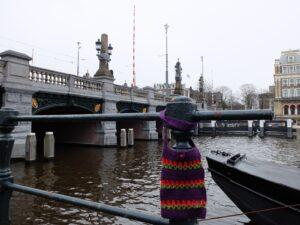 Tasje aan brug