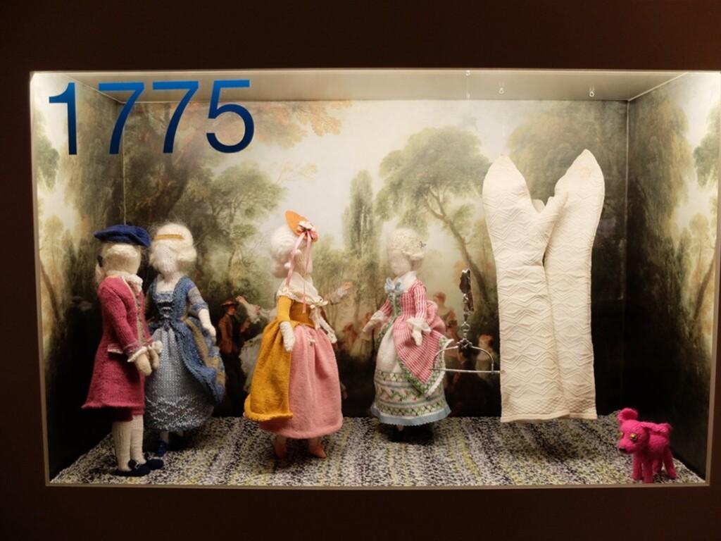 Vitrine jaar 1775 in tentoonstelling breien