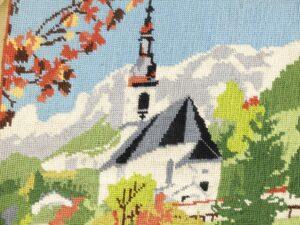 Detail borduurwerk tapisserie kerkje