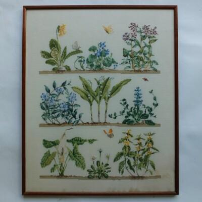 Geborduurd schilderij wilde lentebloeiers