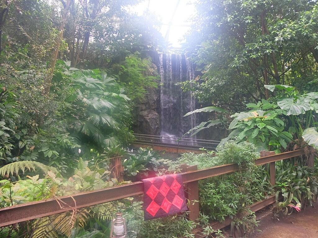 Quiltje roman stripes bij waterval