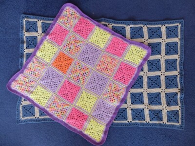 Twee dekentjes granny squares gehaakt