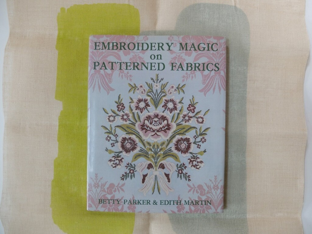 Boek Embroidery magic on patterned fabric