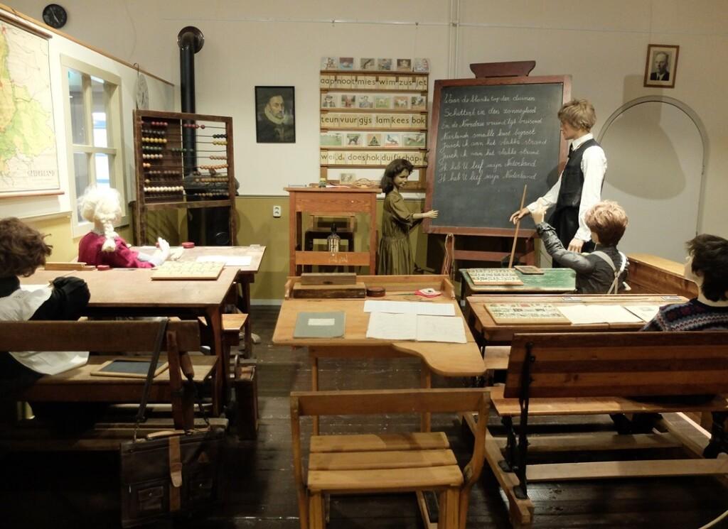 Schoolklas in kijk en luistermuseum