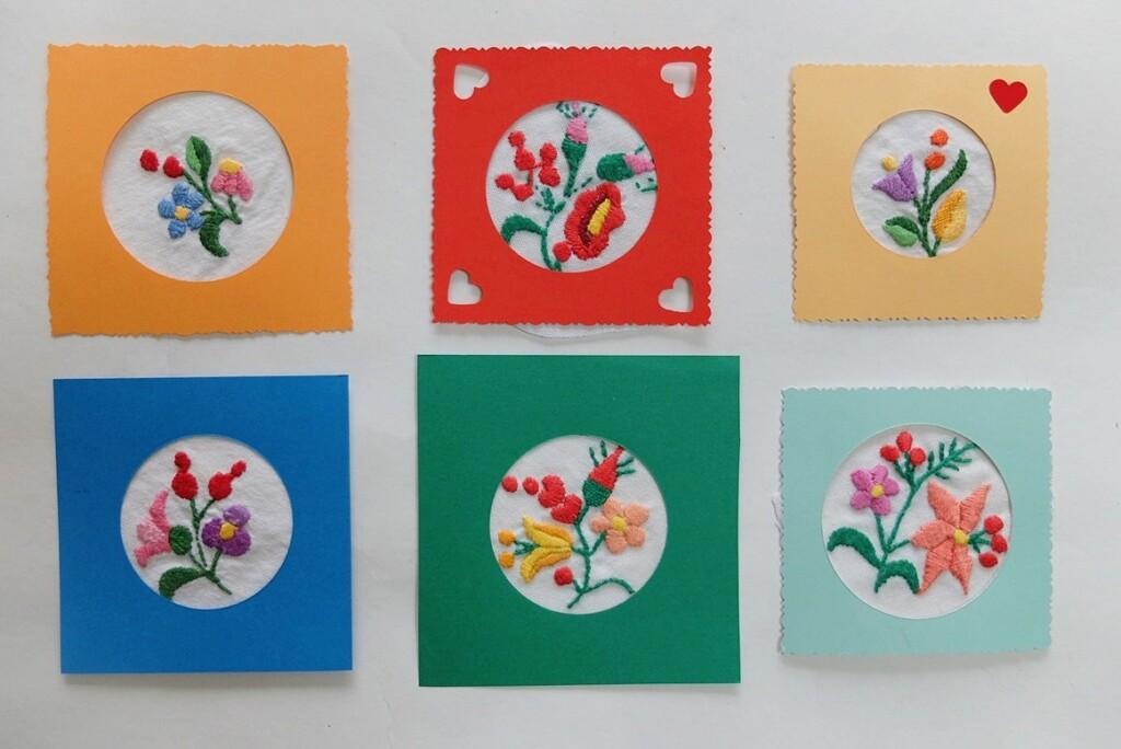 Kaartjes met geborduurde bloemetjes