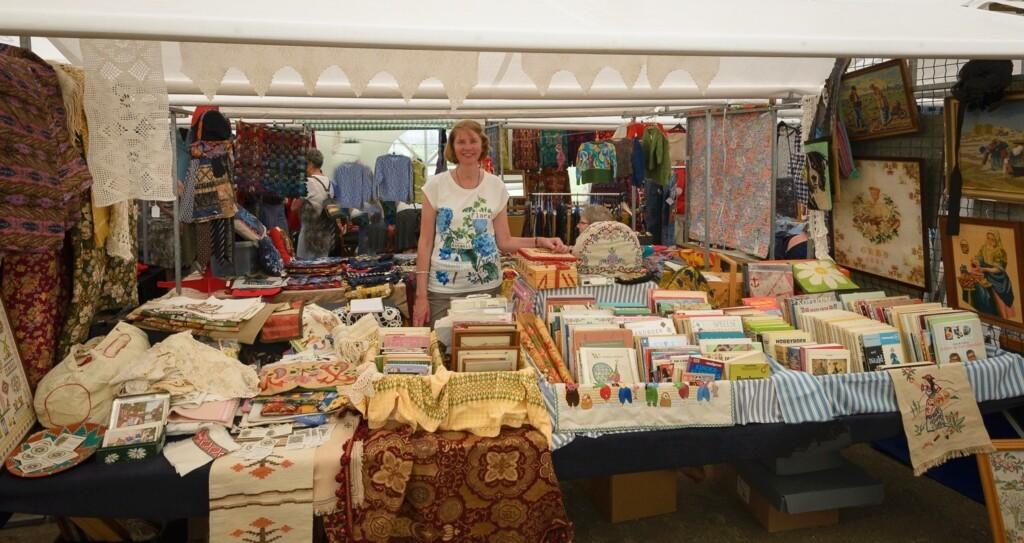 Kraam met handwerk op-textielmarkt