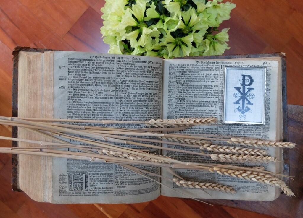 Oude bijbel met Chi Rho symbool