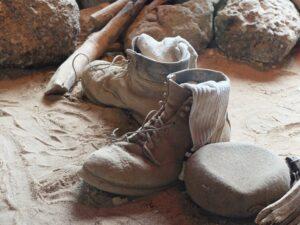 Oude schoenen in woestijn