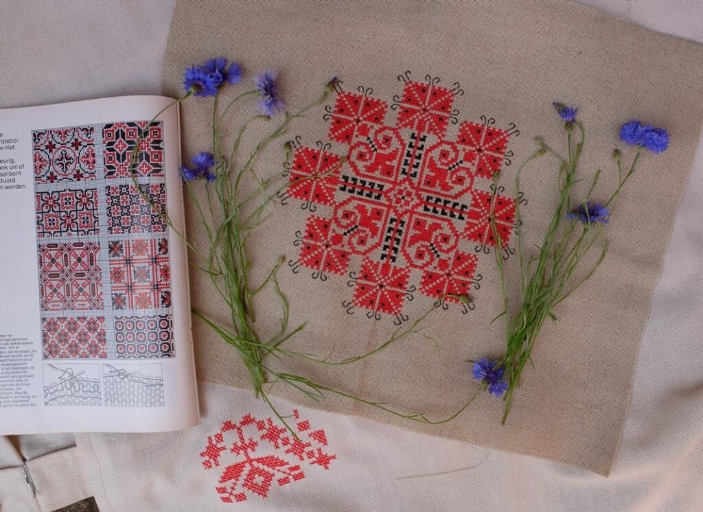 Borduurwerk gestileerde korenbloemen