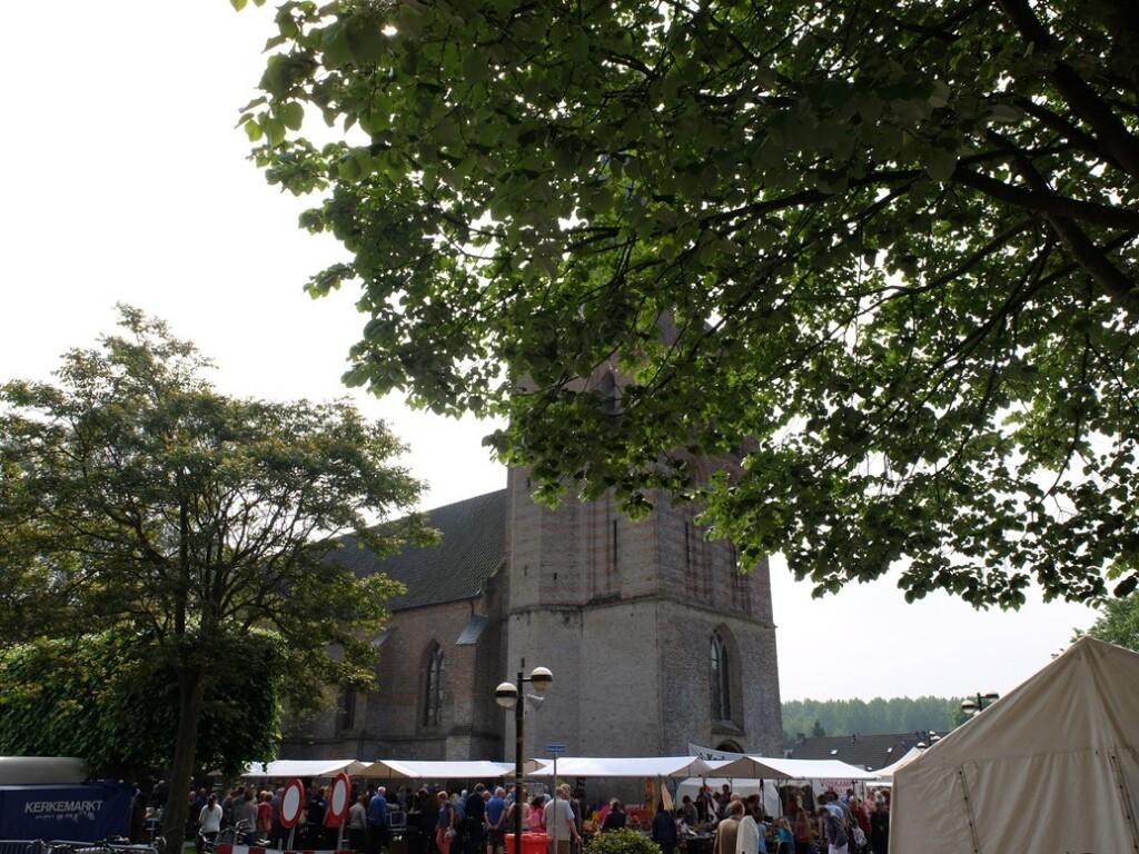 Dorpskerk met kerkemarkt