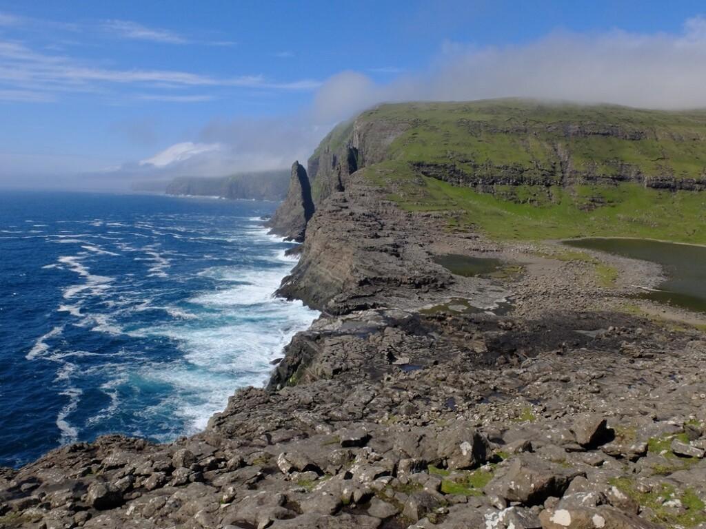 Rotsen en zee Faroër eilanden