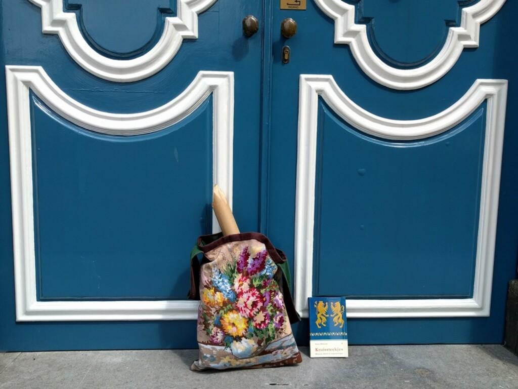 Tas tegen blauwe deur