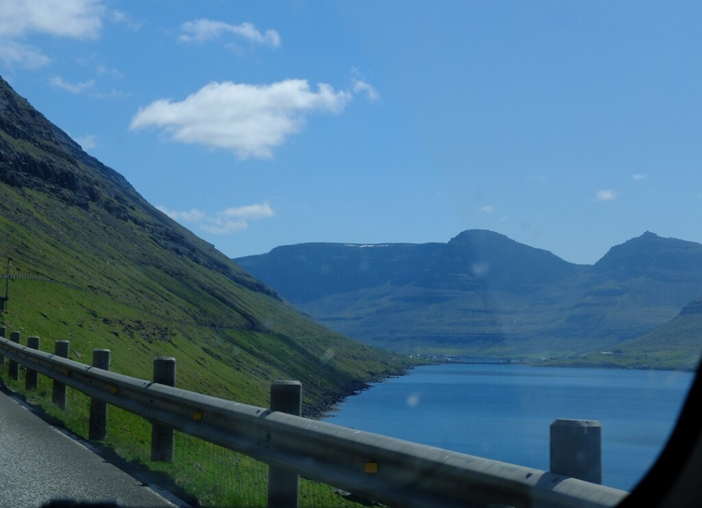 Uitzicht vanuit auto op Faroër Island