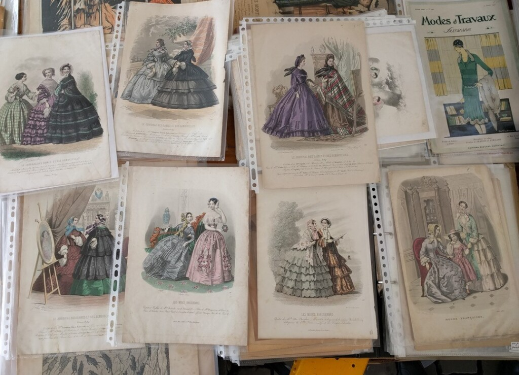 Handcoloured fashion plates op boekenmarkt