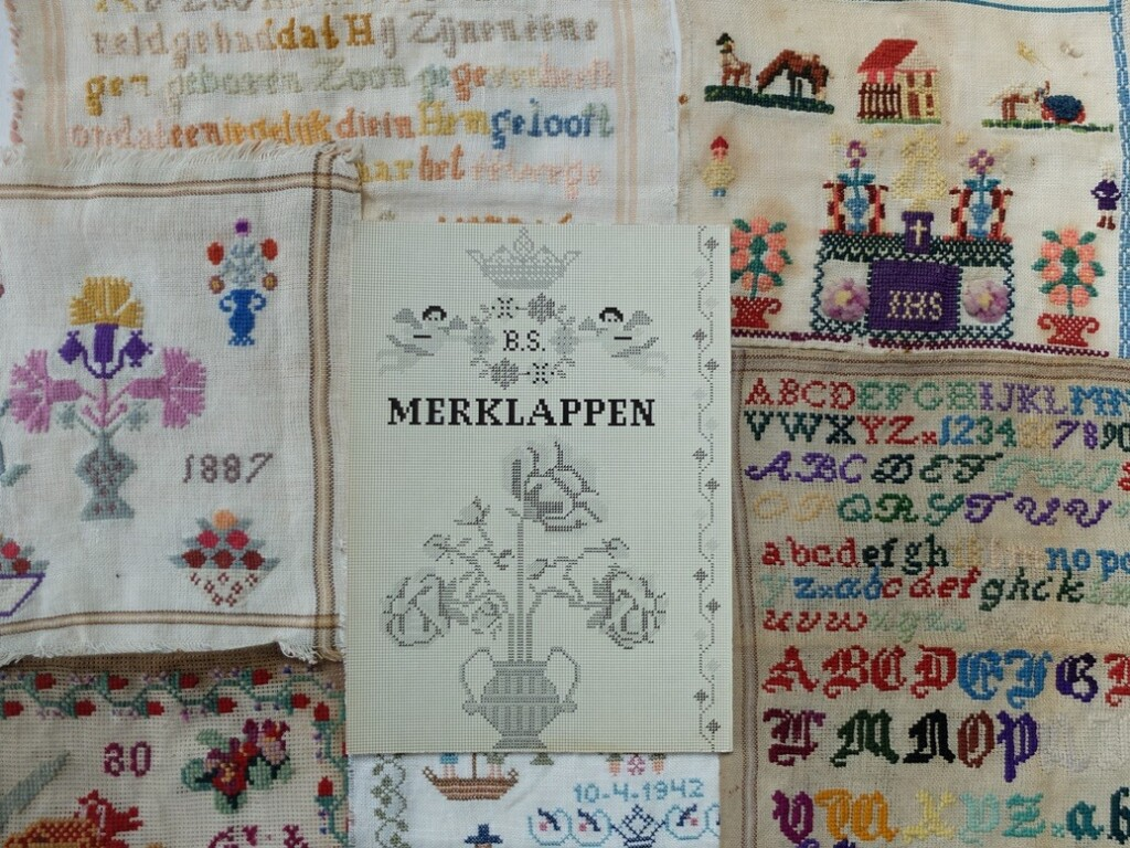 Oude merklapjes met boek