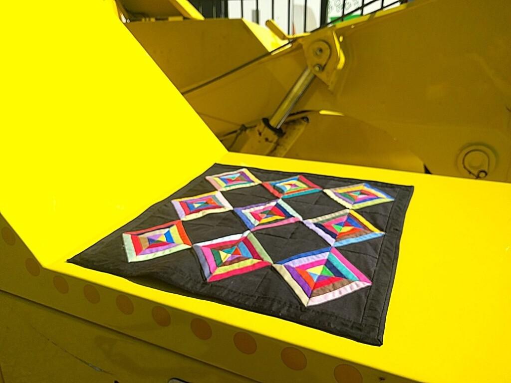 Quiltje-op-gele-auto