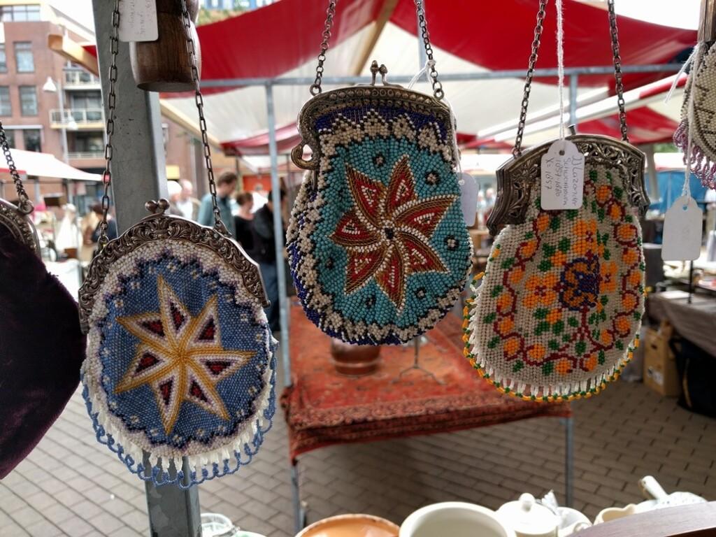 antieke kralentasjes op markt