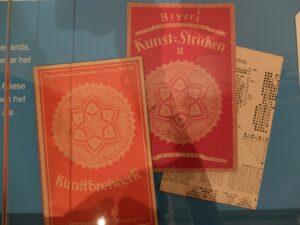boekjes kunstbreiwerk in museum