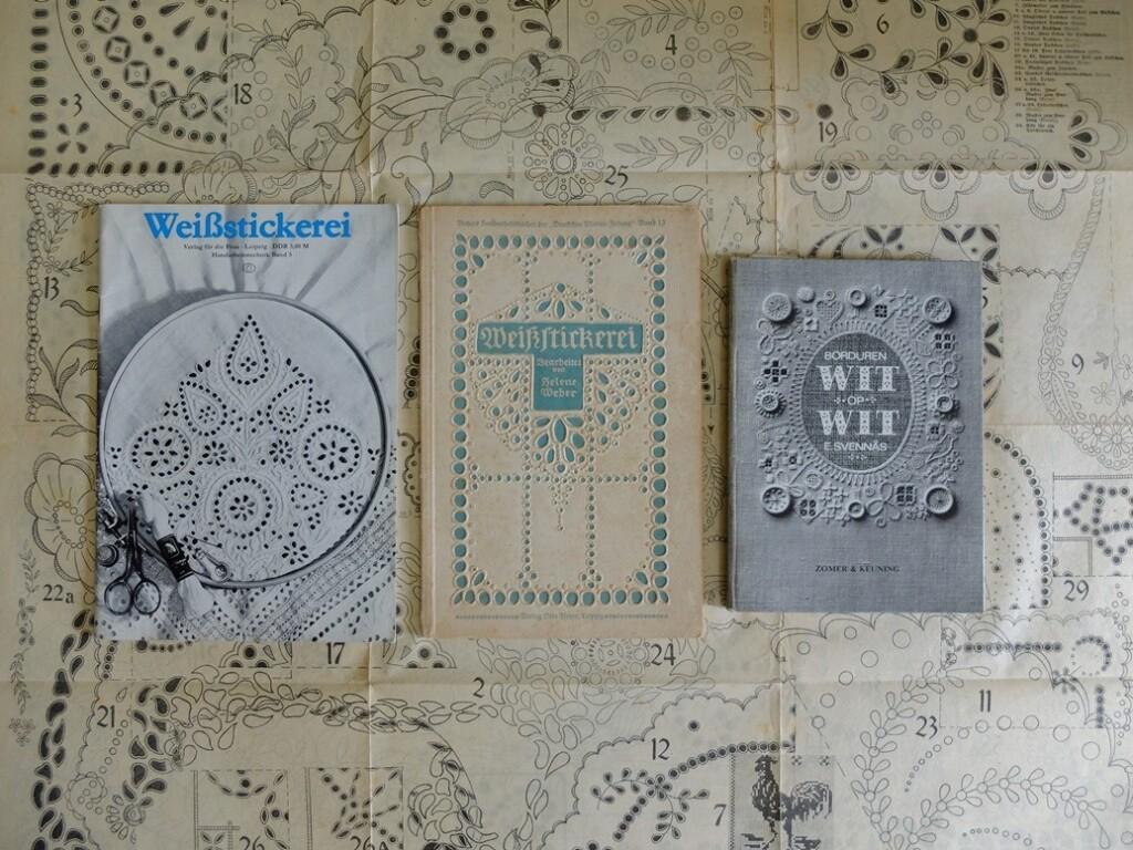 drie boeken witborduurwerk
