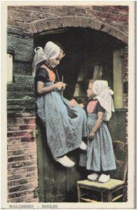 Oude ansichtkaart breiend meisje