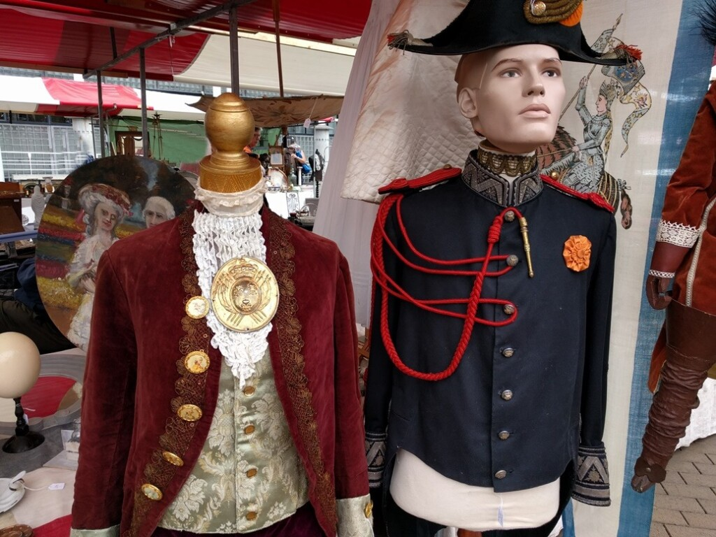 oude kostuums op markt