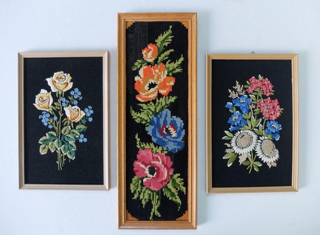 drie geborduurde schilderijtjes