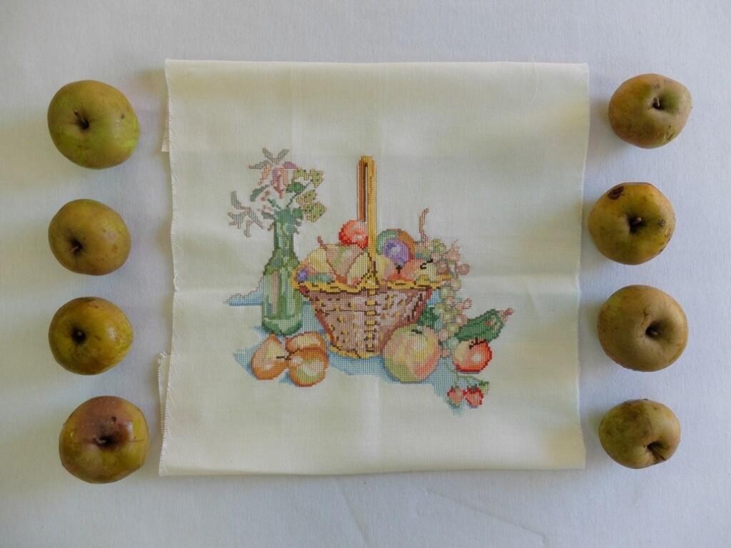 Geborduurd mandje appels