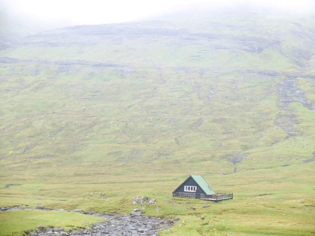 eenzaam huisje op faroer eiland